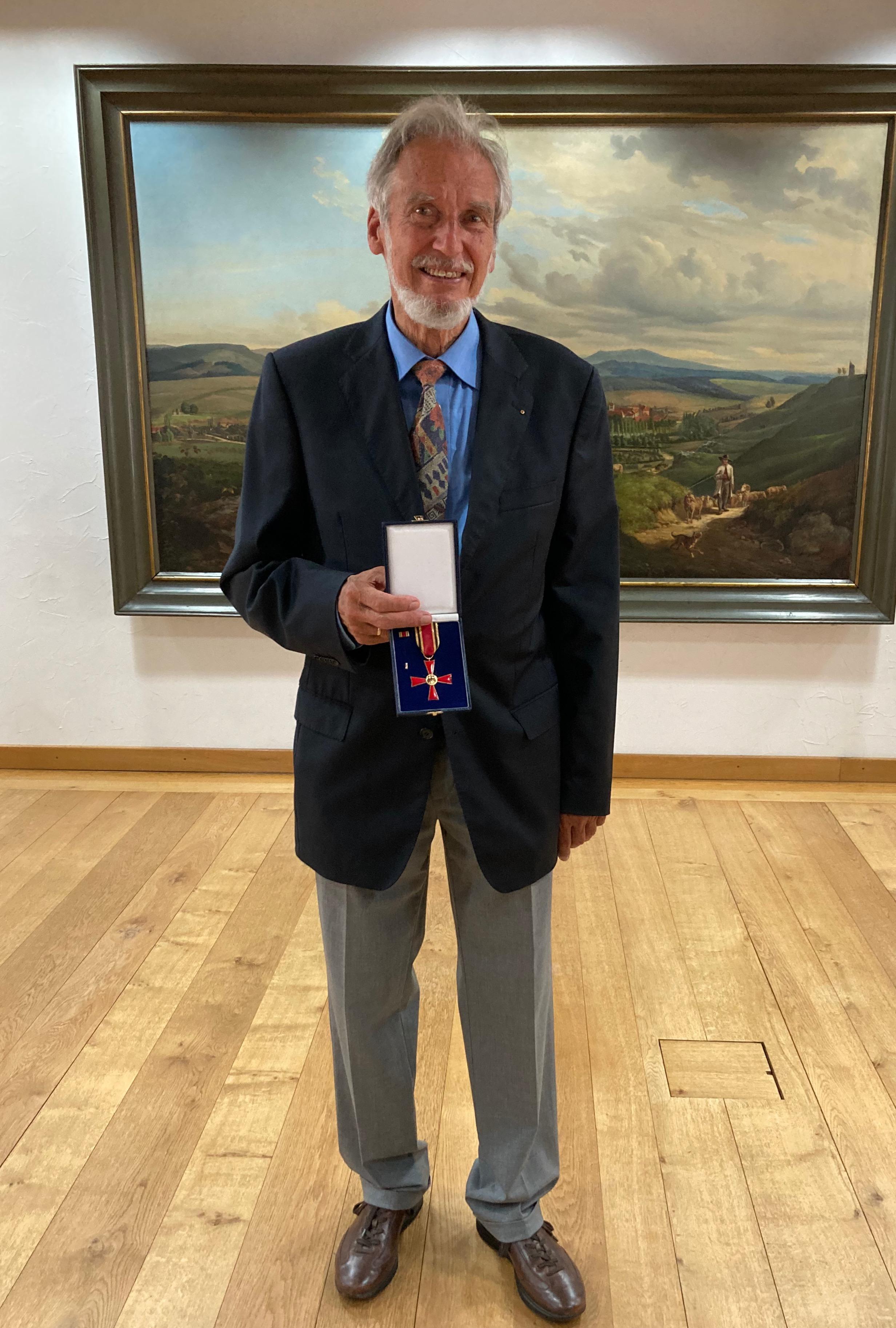 Dr. Hartmut Herrmann mit dem Verdienstkreuz